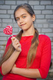 Muchacha alegre con un dulce, Fotos de archivo libres de regalías