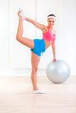 Muchacha alegre de la aptitud que hace estirando ejercicios Foto de archivo libre de regalías