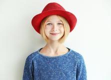 Muchacha alegre del adolescente con el sombrero rojo, aislado en blanco Fotografía de archivo libre de regalías