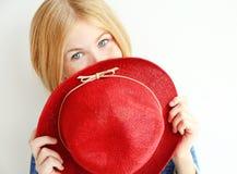 Muchacha alegre del adolescente con el sombrero rojo, aislado en blanco Fotos de archivo