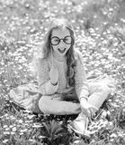 Muchacha alegre del adolescente Niño que presenta con las lentes de la cartulina para la sesión de foto en el prado La muchacha e Imágenes de archivo libres de regalías