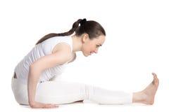 Muchacha alegre del adolescente que hace práctica de la yoga Imagenes de archivo