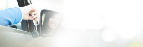 Muchacha alegre del adolescente que se sienta en coche Imagenes de archivo