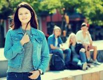 Muchacha alegre del adolescente que sonríe y que se coloca Foto de archivo libre de regalías