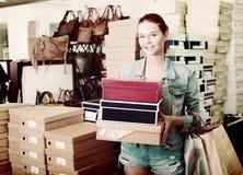 Muchacha alegre del adolescente que sostiene las cajas en boutique de los zapatos Fotos de archivo