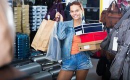 Muchacha alegre del adolescente que sostiene las cajas en boutique de los zapatos Imagenes de archivo