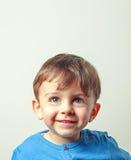 Muchacha alegre del niño que se sienta en una bala de la paja fotografía de archivo libre de regalías