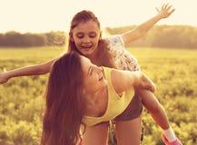 Muchacha alegre del niño que vuela que ríe en el CCB de goce feliz de la madre Fotografía de archivo libre de regalías