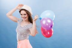 Muchacha alegre del verano de la mujer con los globos coloridos Foto de archivo libre de regalías
