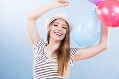 Muchacha alegre del verano de la mujer con los globos coloridos Imagenes de archivo