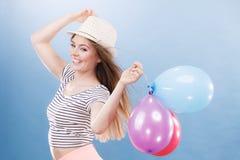 Muchacha alegre del verano de la mujer con los globos coloridos Imagen de archivo libre de regalías