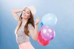 Muchacha alegre del verano de la mujer con los globos coloridos Fotografía de archivo libre de regalías