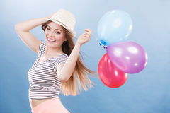 Muchacha alegre del verano de la mujer con los globos coloridos Imágenes de archivo libres de regalías