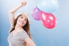 Muchacha alegre del verano de la mujer con los globos coloridos Fotos de archivo