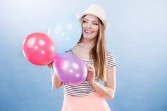 Muchacha alegre del verano de la mujer con los globos coloridos Fotos de archivo libres de regalías