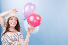 Muchacha alegre del verano de la mujer con los globos coloridos Fotografía de archivo