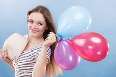 Muchacha alegre del verano de la mujer con los globos coloridos Imagen de archivo