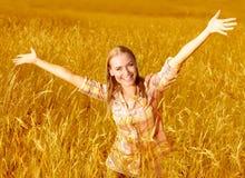Muchacha alegre en campo de trigo Foto de archivo libre de regalías