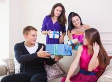Muchacha alegre en la fiesta de cumpleaños rodeada por los amigos en el partido Imagen de archivo libre de regalías