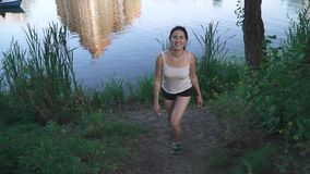 Muchacha alegre en la orilla del río metrajes