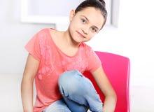 Muchacha alegre en una camiseta rosada Fotos de archivo libres de regalías