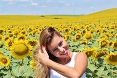 Muchacha alegre en una granja del girasol Fotos de archivo libres de regalías