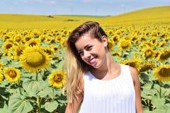 Muchacha alegre en una granja del girasol Fotografía de archivo libre de regalías