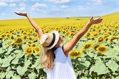 Muchacha alegre en una granja del girasol Foto de archivo libre de regalías