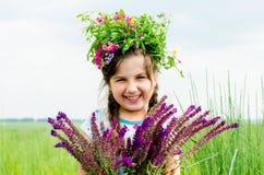 Muchacha alegre feliz con la venda floral en la cabeza Imagenes de archivo
