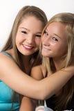 Muchacha alegre joven del adolescente que abraza el playfulle Foto de archivo libre de regalías
