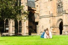 Muchacha alegre joven que miente en la hierba en Glasgow University GA Foto de archivo libre de regalías