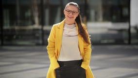 Muchacha alegre joven que sonríe mucho Ella está teniendo humor muy bueno este Sunny Day metrajes
