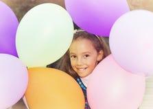 Muchacha alegre linda del niño en fiesta de cumpleaños entonado Fotos de archivo