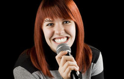 Muchacha alegre que canta en el Karaoke Fotografía de archivo
