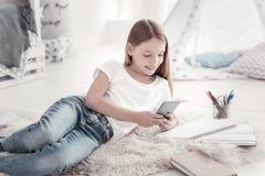 Muchacha alegre que charla en su teléfono foto de archivo libre de regalías