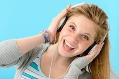 Muchacha alegre que escucha la música y que canta Imágenes de archivo libres de regalías