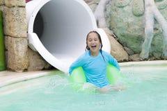 Muchacha alegre que goza en Aquapark Foto de archivo