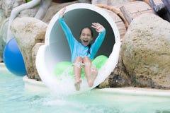 Muchacha alegre que goza en Aquapark Fotos de archivo libres de regalías