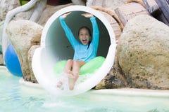 Muchacha alegre que goza en Aquapark Imagenes de archivo