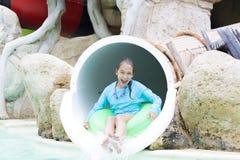 Muchacha alegre que goza en Aquapark Fotografía de archivo libre de regalías