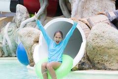 Muchacha alegre que goza en Aquapark Imágenes de archivo libres de regalías