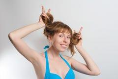 Muchacha alegre que juega con el pelo Fotos de archivo
