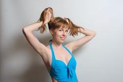 Muchacha alegre que juega con el pelo Fotografía de archivo libre de regalías