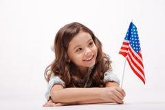 Muchacha alegre que juega con la bandera en el estudio fotografía de archivo