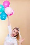 Muchacha alegre que juega con los globos coloridos Imagen de archivo