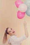 Muchacha alegre que juega con los globos coloridos Fotos de archivo libres de regalías