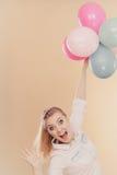 Muchacha alegre que juega con los globos coloridos Imagen de archivo libre de regalías