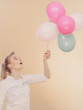 Muchacha alegre que juega con los globos coloridos Fotos de archivo
