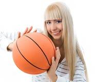 Muchacha alegre que lanza una bola del baloncesto Foto de archivo