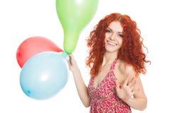 Muchacha alegre que sostiene los globos coloridos imagen de archivo libre de regalías